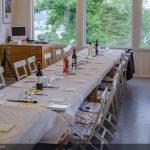 Bord står klart med papirduk og malesaker, men maten og drikken står dere for selv.